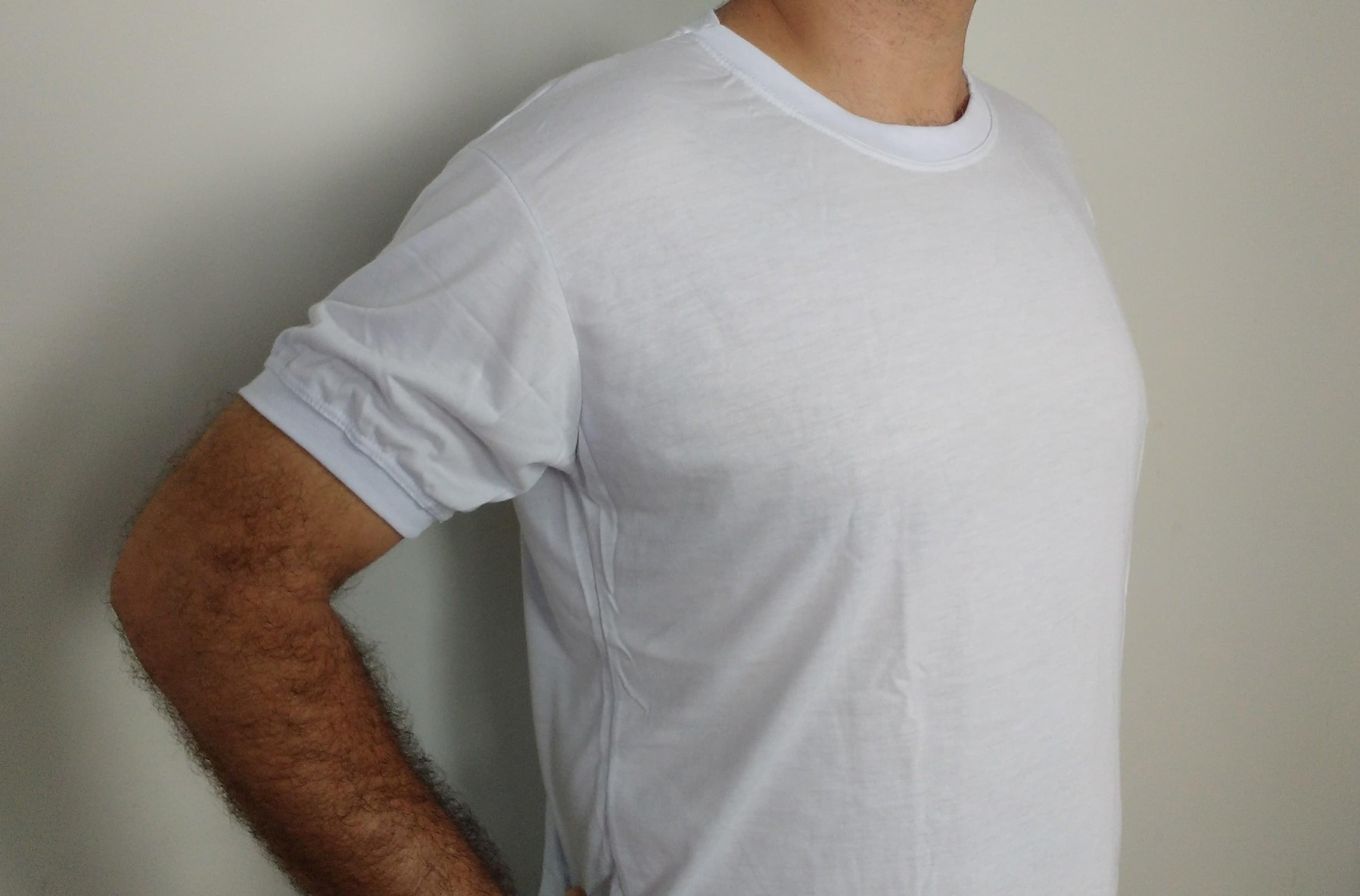 Camiseta branca, gola redonda, manga curta